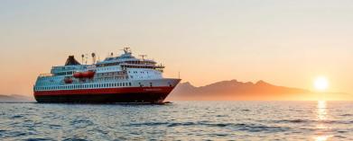 Makalösa Hurtigruten i midnattssol